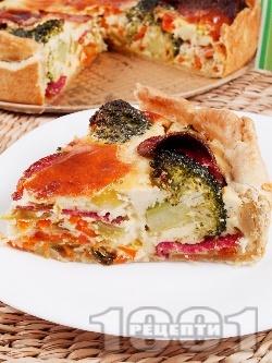 Пирог със зеленчуци (броколи, моркови, праз, чушки), колбас, сирене, яйца и заквасена сметана - снимка на рецептата